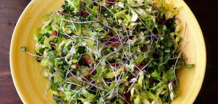 Fodros kel és kelbimbó saláta bacon-nel Új, izgalmas kombináció ez a fodros kel és kelbimbó saláta bacon-nel, amit eg y fokhagymás-citromos öntettel koronázunk meg.