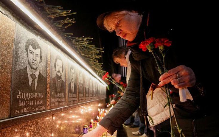 Τριάντα ένα χρόνια από το πυρηνικό ατύχημα του Τσέρνομπιλ . Μία γυναίκα ανάβει ένα κερί σε μνημείο αφιερωμένο στους πυροσβέστες και τους εργάτες που έχασαν τη ζωή τους από την πυρηνική καταστροφή του Τσέρνομπιλ, στην πόλη Σλάβουτς της Ουκρανίας. ο πυρηνικό ατύχημα του Τσερνόμπιλ έλαβε χώρα τα ξημερώματα της 26ης Απριλίου του 1986, στον αντιδραστήρα Νο. 4 και ακόμη θεωρείται το μεγαλύτερο ατύχημα στην Διεθνή Κλίμακα Πυρηνικών Γεγονότων.