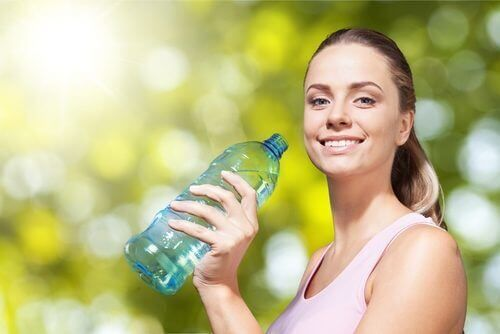 Werd je wakker met een opgeblazen gevoel? Wil je zo snel mogelijk van deze vloeistoffen af komen? Volg deze dagelijkse tips.
