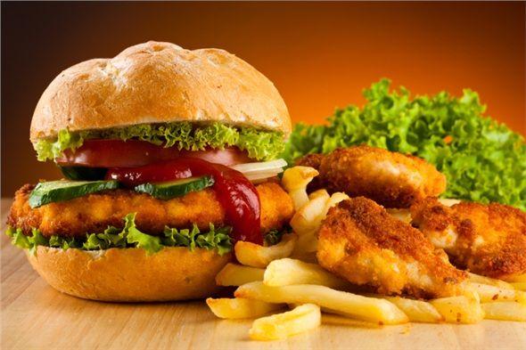 Biftek ve etli fastfood gıdalara benzemeyen tavuk göğsünde, kötü kolesterolü artıran ve insülin direncini yükselten doymuş yağ oranı azdır.