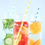 Boisson bien-être par excellence, l'eau détox se décline pour l'été dans une multitude de parfums. Passage en revue des meilleures recettes repérées sur Pinterest.
