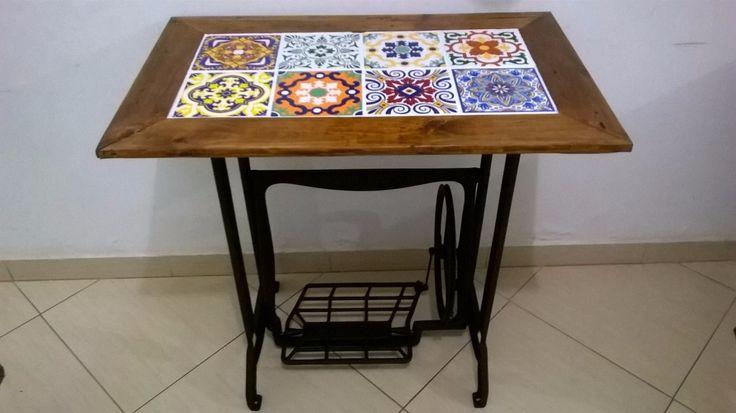 mesa pé de maquina com tampo de azulejos                                                                                                                                                      Mais