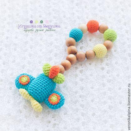 Купить или заказать Слингоигрушка прорезыватель можжевеловый Самелетик в интернет-магазине на Ярмарке Мастеров. Слингоигрушки относятся к классу развивающих игрушек для малышей с самого рождения. Они помогают развить ощущение цвета, размера, формы, тактильное восприятие. Кроме того, слингоигрушку можно использовать в качестве прорезывателя для зубов. Игрушки выполнены из красочных и безопасных материалов, благодаря легкости и форме их очень удобно держать в маленькой детской ручке.