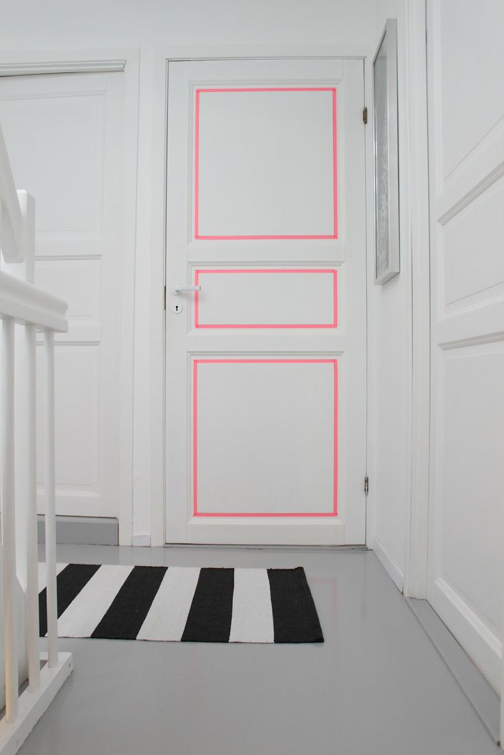 DIY: door with pink lines