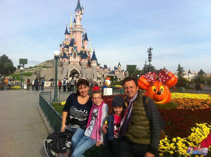 Disneyland Paris în Chessy, Île-de-France Un tinut magic unde dorintele pe care ti le pui cand vezi o stea cazatoare se indeplinesc, unde visele devin realitate, unde eroii si eroinele lui Walter Disney prind viata intr-o poveste fara sfarsit… Parcul de distractii Disneyland Resort ce cuprinde Disneyland Park si Walt Disney Studios este situat in Marne la Vallee / Paris.