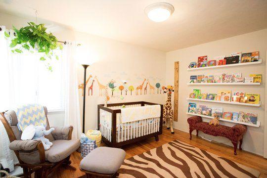 Neste quarto, o clima de safari foi criado com adesivos na parede, bichinhos de pelúcia e o tapete com estilo animal print. Um ambiente harmônico, funcional e bem decorado! Palmas!