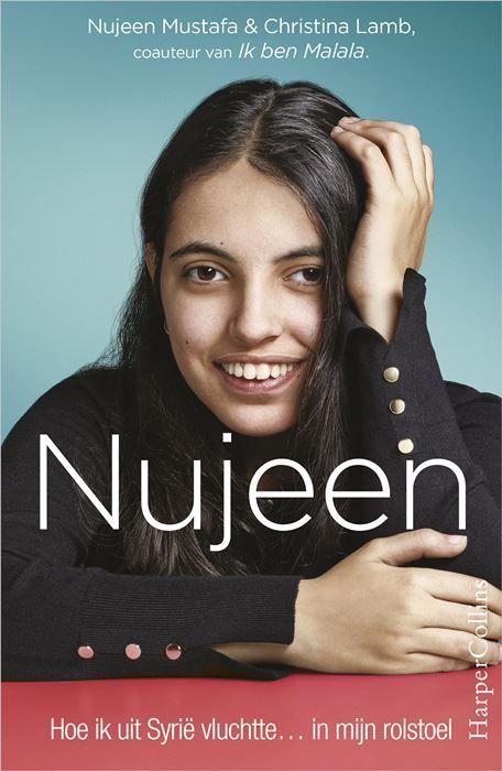 Nujeen  4 NBD Op dezelfde dag dat een driejarig jongetje verdrinkt en aanspoelt op een Grieks strand waagt ook Nujeen Mustafa de oversteek met haar rolstoel in een rubberboot. Ook zij is op de vlucht voor het oorlogsgeweld in Syrië en op zoek naar een veilige toekomst. Dit is haar aangrijpende verhaal. Nujeen is zestien en woont in Kobane. Omdat ze spastisch is zit ze in een rolstoel en kan ze niet naar school. Ze leert zichzelf Engels door heel veel Amerikaanse soaps te kijken op tv. En ze…