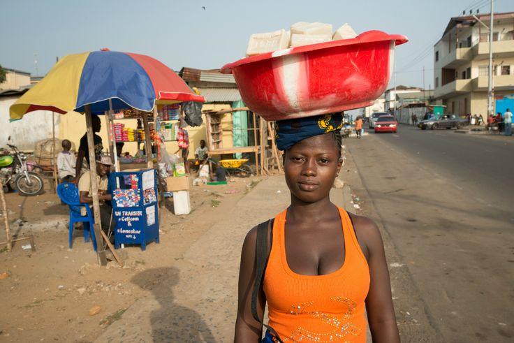 Una joven vende jabón en Monrovia, Liberia.