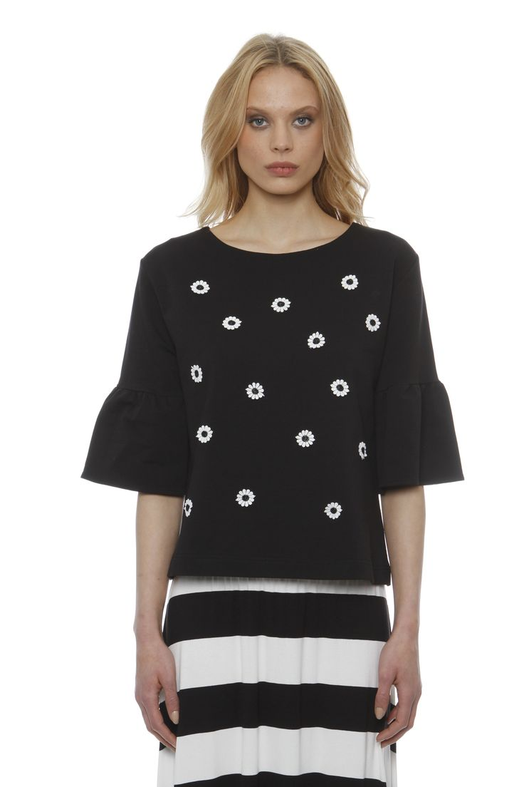 Daily blouse sleeve sweatshirt with pleat and embroidered flower motif.