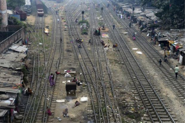 Pekerja Bangladesh maut digilis kereta api ketika selamatkan ibu dan anak sedang melintas landasan   Seorang pekerja perkhidmatan kereta api Bangladesh maut apabila digilis tren selepas cuba menyelamatkan pasangan ibu dan anak perempuannya yang berusia lima tahun.  Pekerja penyelenggaran kereta api Badal Mia 58 sedang bertugas pada Jumaat apabila terlihat seorang wanita dan budak perempuan sedang melintas landasan kereta api ketika sebuah tren sedang mendekati dengan kelajuan maksimum…