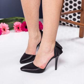 Pantofi stiletto negri din satin. Inaltimea tocului este de 10.5 cm
