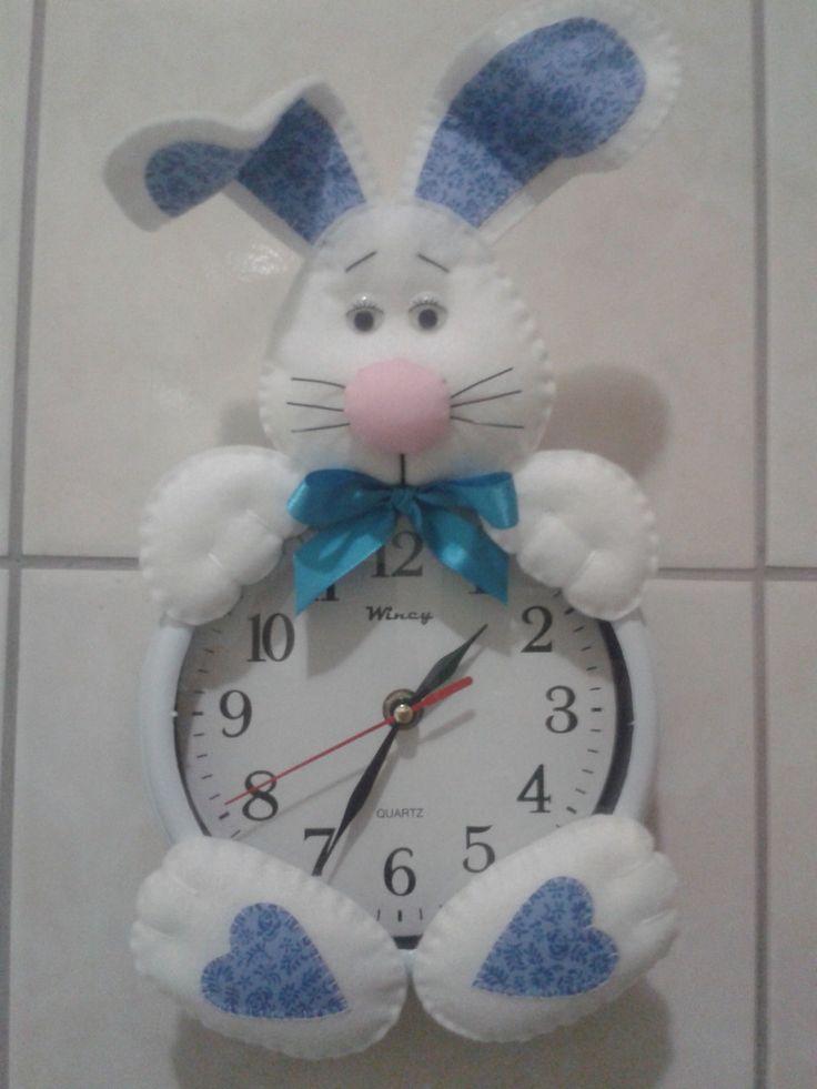 Relógio coelhinho em feltro <br>Faço em outras cores