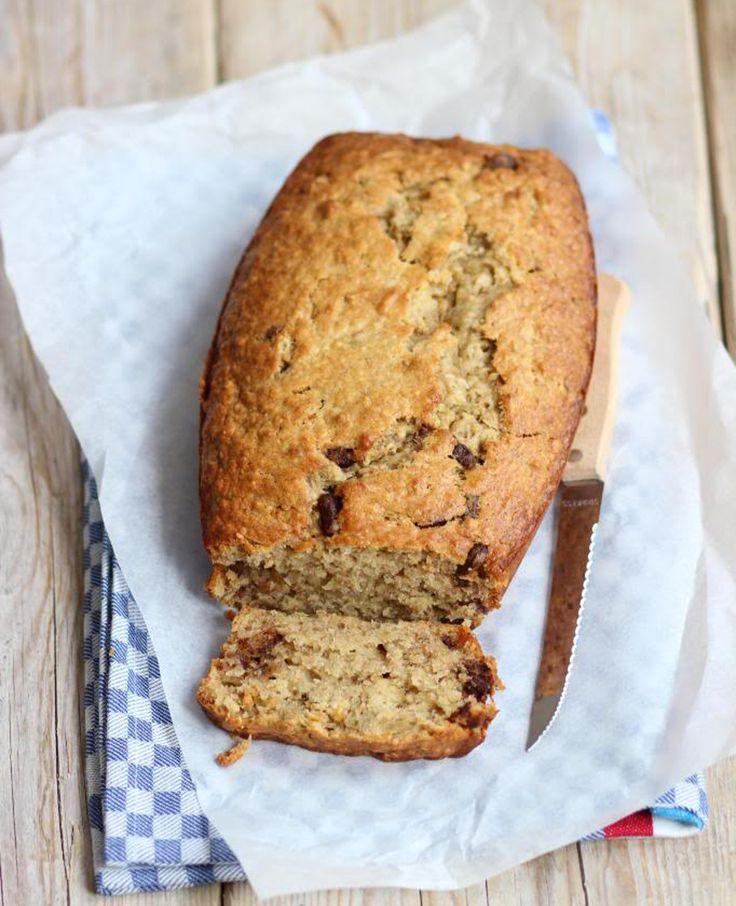 Door de banaan is de cake lekker zacht en zoet en de chocolade maakt het gewoon net even af. Houd je niet zo van chocolade? Laat de chocolade dan weg en vervang deze eventueel voor noten (bijvoorbeeld walnoten). Bananenbrood met…