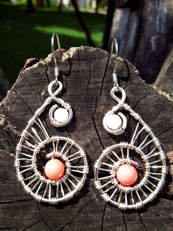 Cercei realizati manual din fir placat cu argint si pietre semipretioase- coral roz si jad alb.