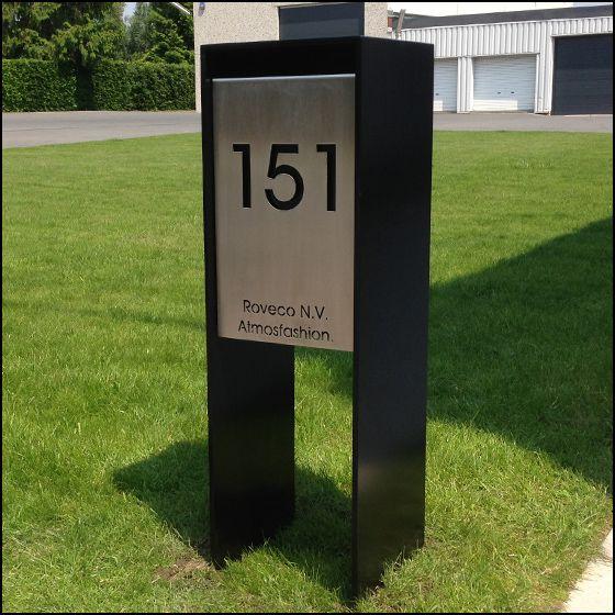 Gelakte brievenbus op staander waarvan het front kan gepersonaliseerd worden met de bedrijfs- of familienaam.