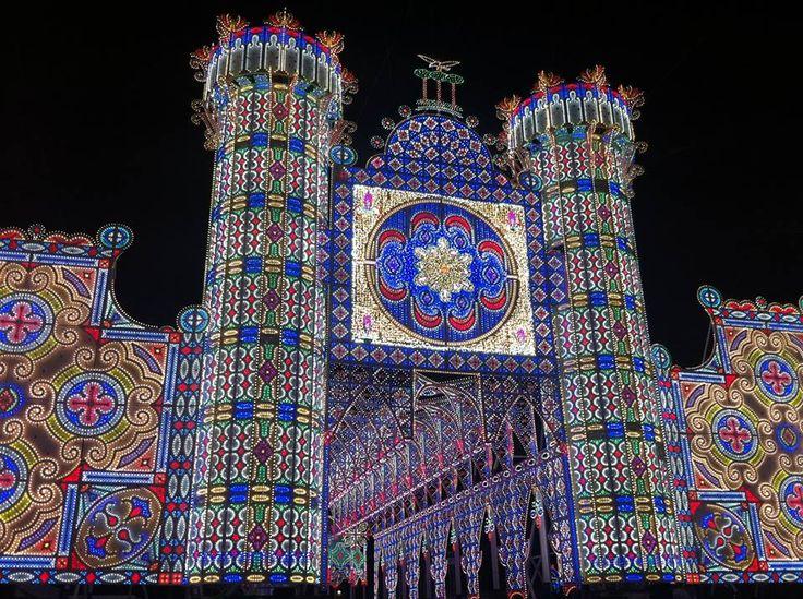 Il Maschio Angioino riprodotto a Scorrano con le luminarie della festa di #SantaDomenica