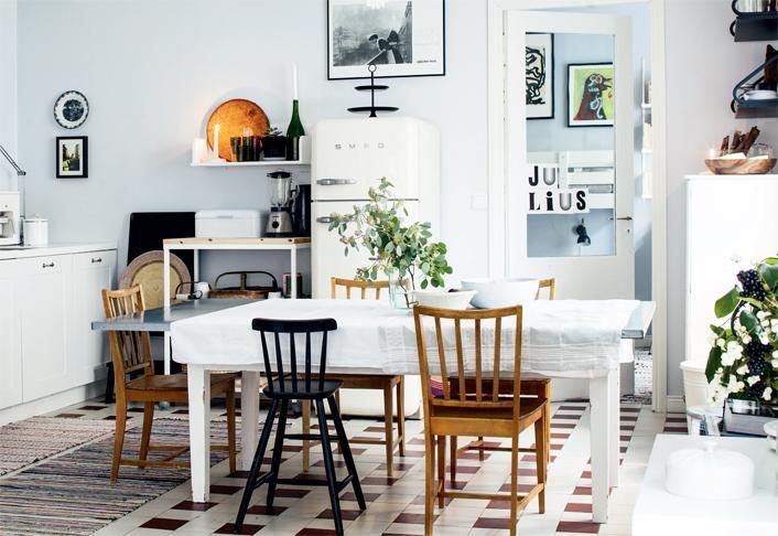 Keittiössä on alkuperäinen kaakelilattia. Keittiöön  mahtuu suuri ruokapöytä. | Valo leikkii kivijalkakodissa | Koti ja keittiö | Mia Lundberg | Kuva Kirsi-Marja Savola