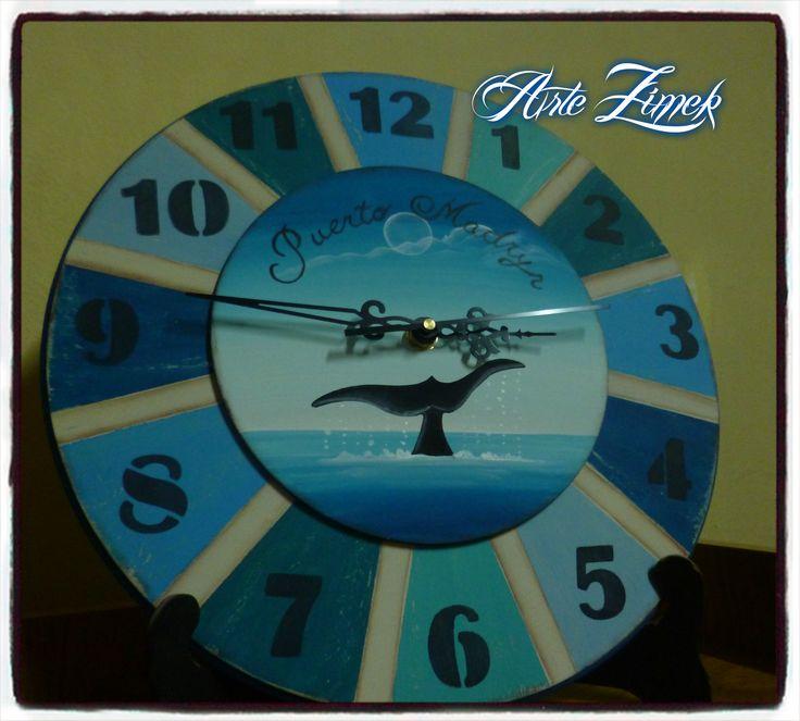Reloj pintado a mano con cola de ballena.Arte Zimek.