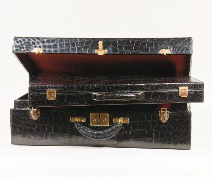 HERMES Paris *Importante valise en crocodile noir renfermant une valise nécessaire de toilette à l'identique ( manques ), fermetures en laiton doré, poignée. Chiffré G.B ,Dim: 57 cm x 40 cm x 18 cm Housse… - Gros & Delettrez - 09/06/2009