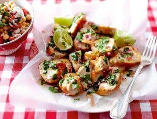 Huhn zum Abfeiern mit Kichererbschen.Tomaten-Sidekick Rezept: Zwiebel,Chilischote,Koriander,Limetten,Salz,Pfeffer,Zucker,Olivenöl,Hähnchenfilets,Öl,Kichererbsen,Kirschtomaten,Mozzarella