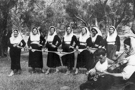 Νεαρές κοπέλες με παραδοσιακή φορεσιά του χωριού Σινιές στη Βόρεια Κέρκυρα. Μέσα της δεκαετίας του '60.