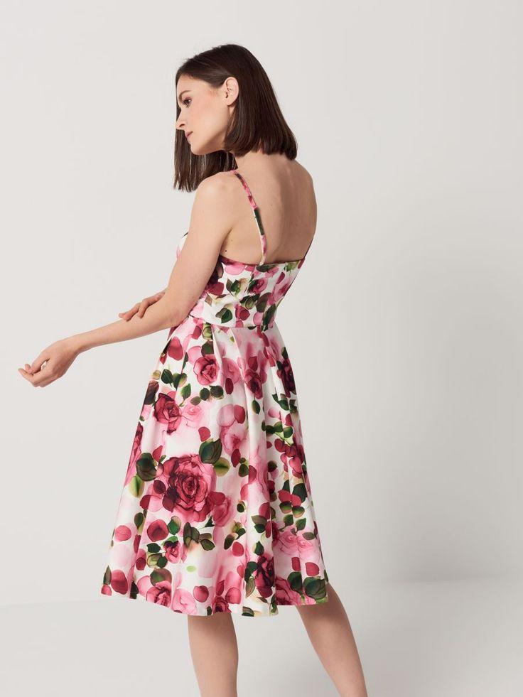 Rozkloszowana sukienka z kwiatowym motywem 79,99 PLN 189,99 PLN Zmysłowa sukienka z gorsetową górą na delikatnych ramiączkach z możliwością regulacji długości i całkowitego odpięcia. W linię dekoltu wszyta została lateksowa taśma, która zapewnia stabilność noszenia. Model wykonany z bawełnianej satyny, przyjemnej dla ciała. Wyraźne zaznaczenie talii. Rozkloszowany dół z kontrafałdami. Zapięcie na kryty suwak na plecach. Wzrost modelki 180 cm, rozmiar 36 SKŁAD 97% BAWEŁNA 3% ELASTAN