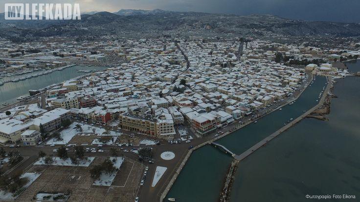 Η χιονισμένη πόλη της Λευκάδας. Φωτογραφία του Μιχάλη Κρητικού τραβηγμένη με drone. Εικόνα που σπάνια βλέπουμε στο νησί μας! 10/01/2017.
