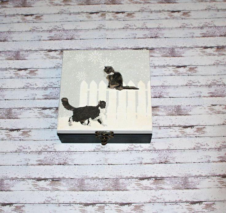 Krabička+kočičí+Dřevěná+krabička+o+rozměrech+cca+15x15+cm+a+výšce5,8+cm.+Krabička+je+natřena+akrylovými+barvami,+ozdobená+technikou+decoupagea+zapínáním.+Následně+přetřena+lakem+s+atestem+na+hračky,+uvnitř+nechána+přírodní.