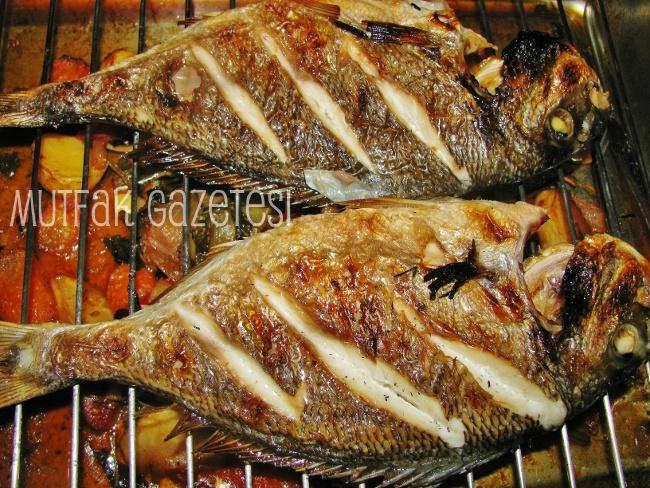 yaz geldi, sınavlar bitti herkes kendini yazlıklara atıyor. yazlık menülerinin olmazsa olmazlarından balık. işte size pratik olduğu kadar başarılı bir balık reçetesi.
