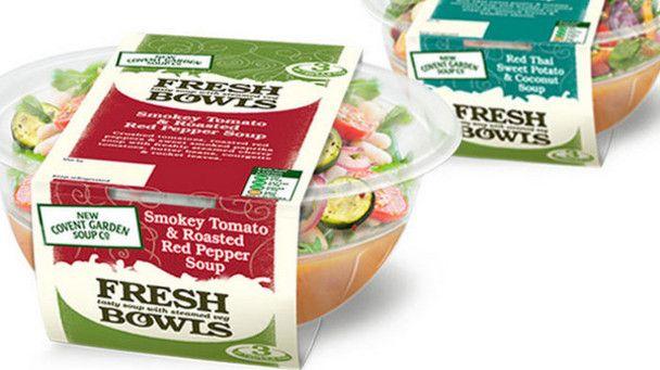 """Pratique : Boite plastifiée sous forme de bol avec un couvercle refermable dans lequel on peut directement manger. Son design épuré et léger laisse juste place à la marque et aux ingrédients. Son originalité réside dans le conditionnement : des ingrédients frais sont séparés de la soupe par un plateau. Le consommateur a le choix de se créer une soupe en fonction de ses envies. Ce concept lui permet de se détacher des """"soupes traditionnelles"""" et avec un critère gourmandise marqué."""