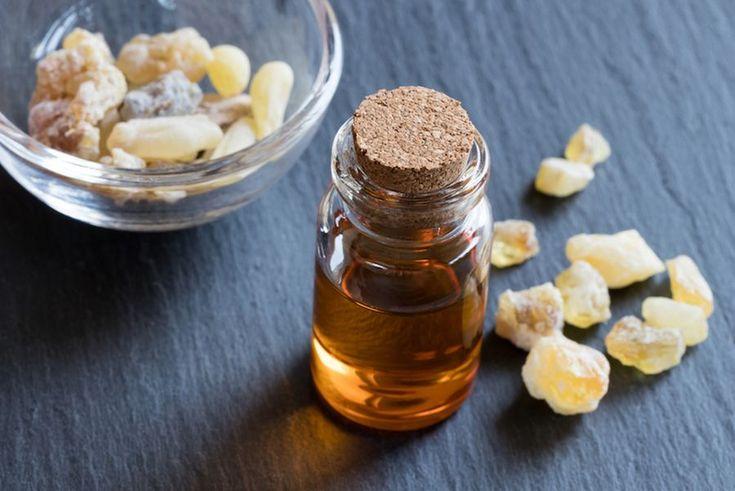 Uleiul esențial de tămâie se obține prin distilarea răşinii, obținându-se un lichid transparent-gălbui, cu miros puternic și gust ȋnțepător.