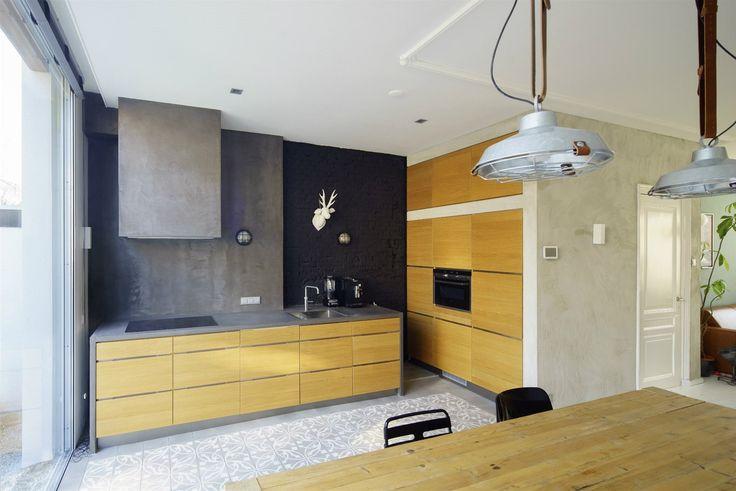 V Nizozemsku velmi oblíbenou, zlehka industriální estetiku naplňují plechová stínidla závěsných svítidel a betonová stěrka na stěnách.