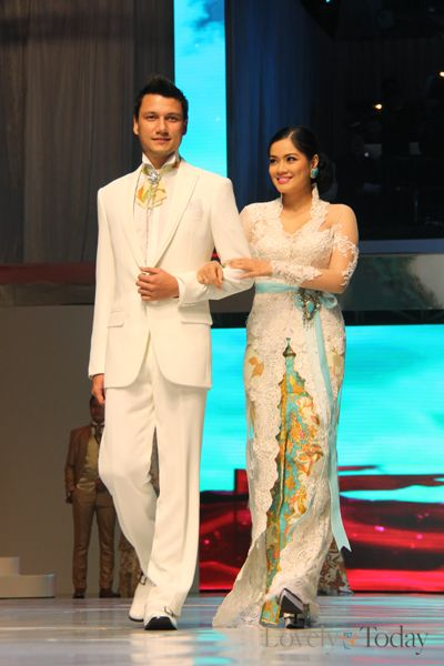 Pasangan Selebriti Indonesia Berjalan di Catwalk Anne Avantie