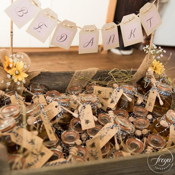 Bruiloft bedankjes | Honing 'Fijn dat je er bij was' | Jute en kant bruiloft | http://www.trouwfotografiefreya.nl/real-weddings/jute-en-kant-bruiloft/ | burlap and lace DIY bride wedding styling | Thank you gifts