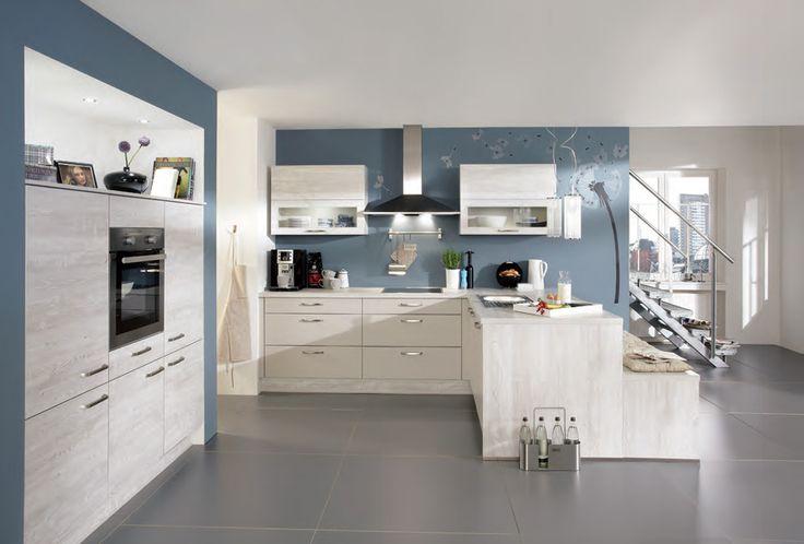 Luxe ruime keuken met schiereiland en innovatief zitje - Wit met grijsblauwe muur