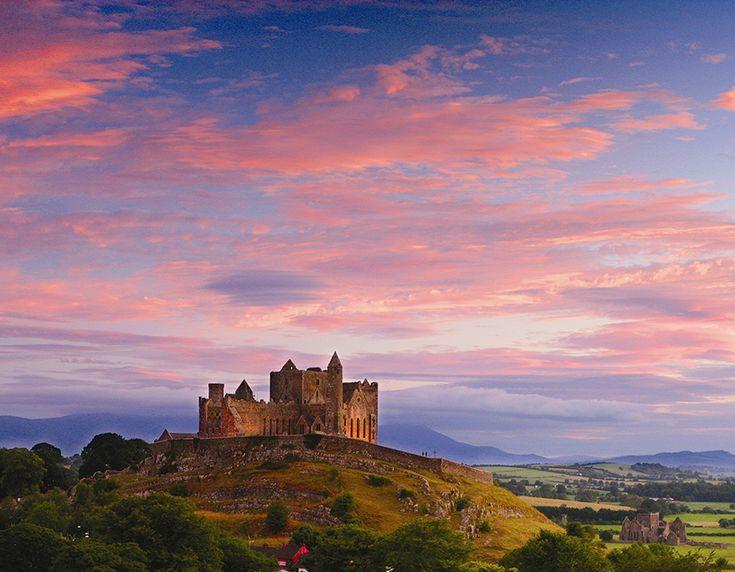 PEDRA DE CASHEL (Irlanda): O impressionante conjunto arquitetônico inclui um castelo do século XII, uma capela romanesca, uma catedral gótica do século XIII e diversos castelos.