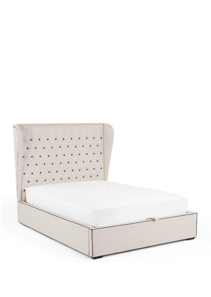 Mit Bergerac wird es königlich. Das gepolsterte Kopfteil des Doppelbettes erinnert mit seinen geschwungenen Seitenflügeln an die Pracht des Barock. Natürlich in einer reduzierten, modernen Variante.