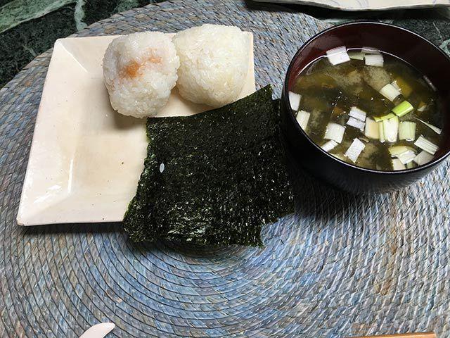 梅干しのおにぎり、味噌汁(わかめとネギ)