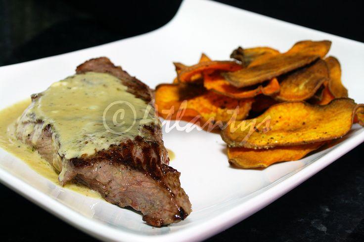 Ingredientes (2 doses)   2  bifes   50g de queijo azul   100ml de leite   1 colher de sopa moscatel   Azeite qb   Sal qb   Pimenta qb   ...