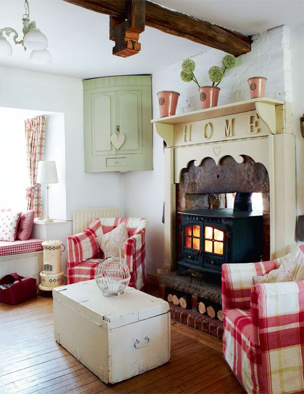 Country Cottage Living Room In Red White Trunk Coffee Table