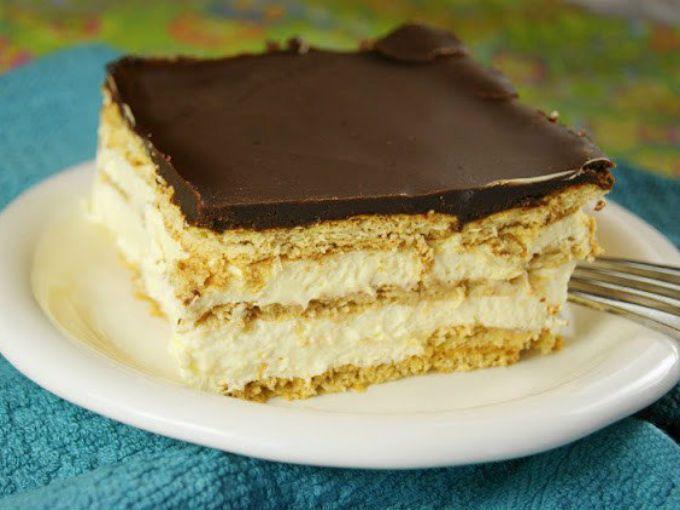 PreparaciónPara el relleno1. BATE la leche, la crema batida y el pudín de vainilla hasta que estén bien mezclados.2. COLOCA una capa de galletas en la parte inferior de un refractario. Separa la mitad 1/2 de la mezcla de pastel sobre las galletas y repita con otra capa de galletas, la mezcla, luego cubre con una capa final de galletas.Cubierta