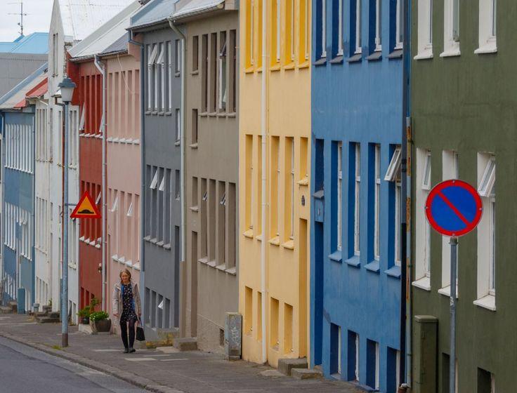 Un barrio residencial en Reikiavik, Islandia. Reikiavik ha experimentado problemas en relación a la vivienda en los últimos meses, después de su ascenso económico tras la crisis de 2008, muchos jóvenes no han podido comprar o alquilar casas debido a la escasez de viviendas en el país. Muchos apartamentos se usan para ser alquilados a turistas, lo que ha subido el precio de las viviendas. El ayuntamiento ha respondido iniciando una serie de proyectos de construcción en toda la ciudad. Según…
