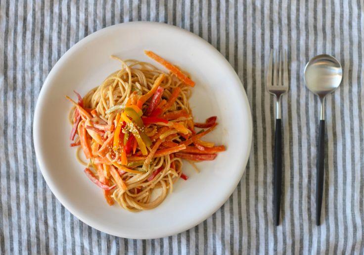 Spaghetti with Peanut Sesame Sauce // Spaghetti con Salsa de Maní y Sésamo | The Wellbar Journal