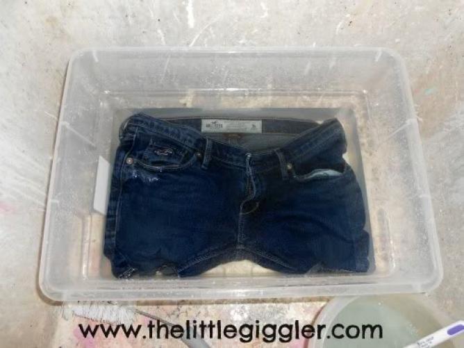 いつものジーンズをお洒落に♪デニムを色抜きしてリメイクする方法 - Weboo