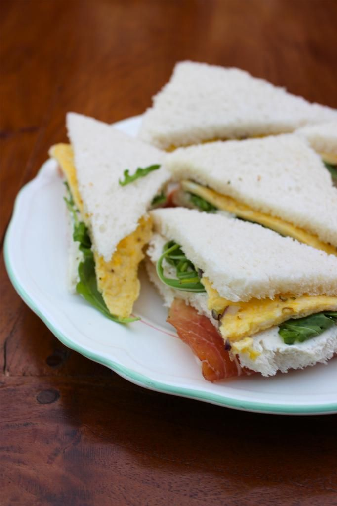 Sandwich met parmaham, rucola en omelet