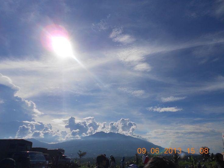 Perpaduan Matahari, Langit dan Gunung Salak Desa Ambarjaya, Sukabumi