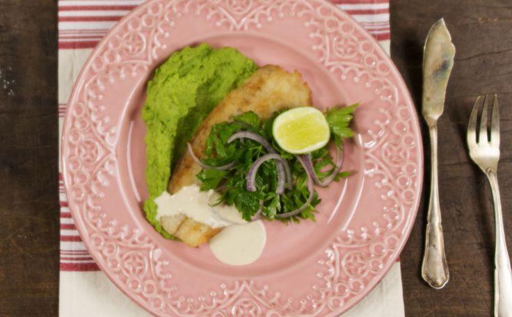 Filé de pescada frita com salada de ervas + purê de ervilha