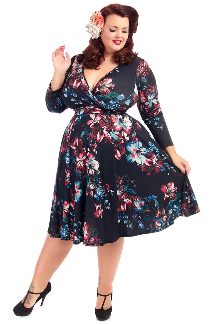 Šaty Lady V London Lyra Lily Ebony Šaty ve stylu 50. let pro plnoštíhlé dámy. Krásné šaty, které využijete pro spoustu příležitostí - můžete si v nich vyjít na svatbu, do společnosti, vzít si je na dovolenou, ale stejně tak i do zaměstnání. S kratším sáčkem či pašmínovým šálem je unosíte i v chladnějším období. .