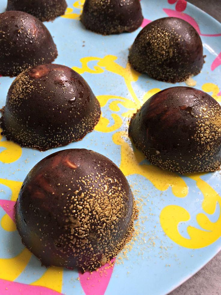 Dômes After Eight, coque chocolat noir, mousse de menthe et coeur de chocolat