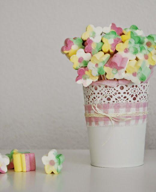 Maceta de chuches en tonos pastel.  Candy bucket in soft tones.